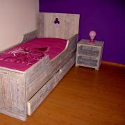 Steigerhouten-bed--nachtkastje