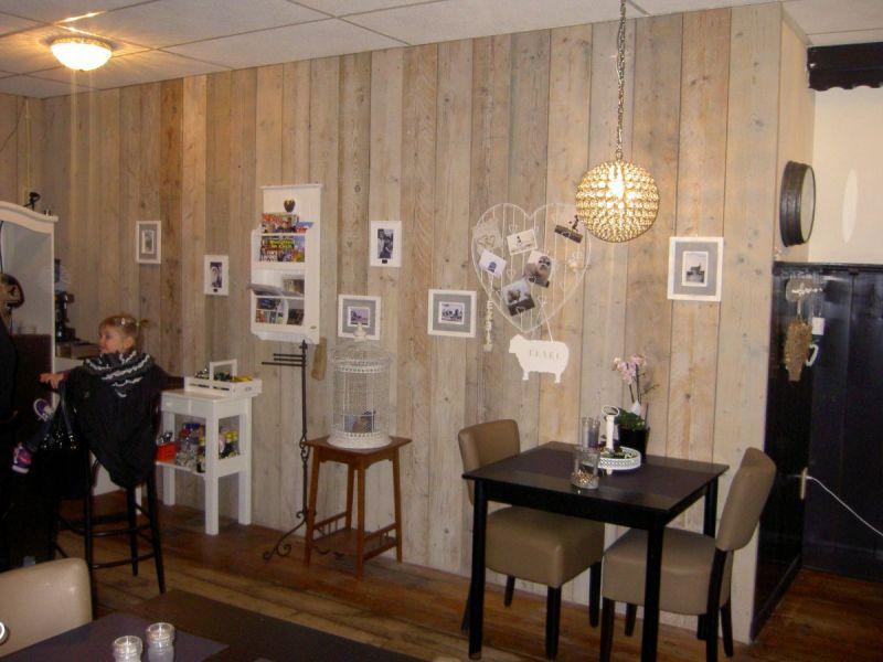 Steigerhouten wand in restaurant